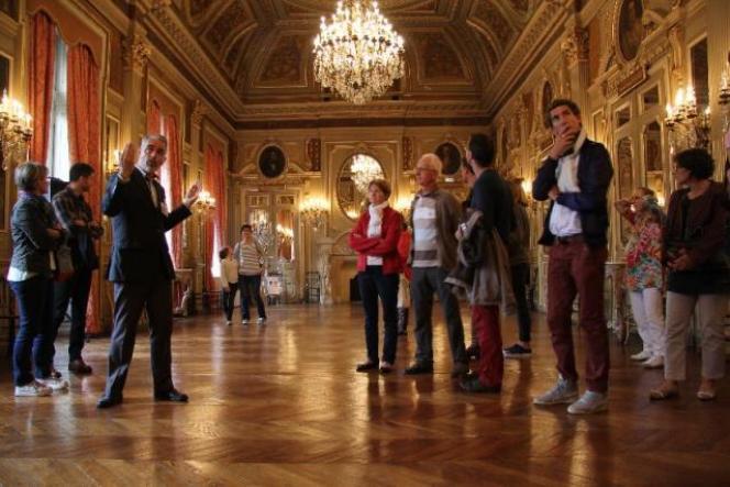Des visiteurs dans l'hôtel de Ruberso devenu dès l'Empire la résidence du préfet à Rennes.