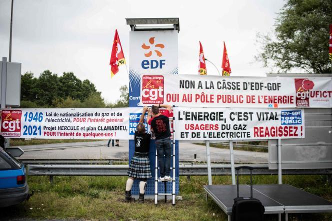 Des employés d'EDF fixent une banderole devant la centrale à charbon de Cordemais, dans l'ouest de la France, le 16 septembre 2021.