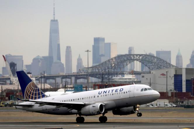 Un avion de United Airlines attettit à l'aéroport de Newark, le 6 décembre 2019.