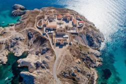 Vue aérienne de l'hôpital Caroline, situé sur les îles du Frioul, en face de Marseille.