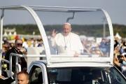 Le pape François arrive à la basilique Notre-Dame des Douleurs à Sastin (Slovaquie), mercredi 15 septembre 2021.