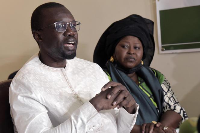 L'opposant sénégalais Ousmane Sonko avec la présidente des femmes de son parti, Maïmouna Dieye, à Dakar, le 16mars 2021.