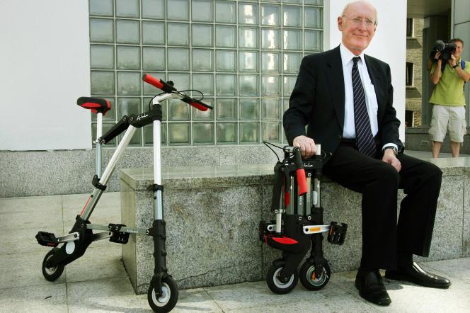 Clive Sinclair posa, il 12 luglio 2006 a Londra, accanto a una sua invenzione, la bicicletta.