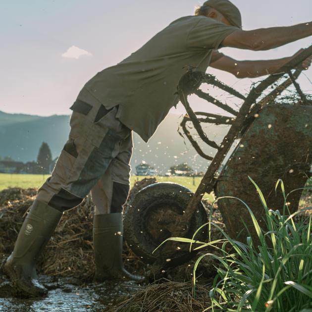 Kaspanaze Simma, agriculteur, possède une ferme à Andelsbuch, dans le Vorarlberg. Ce partisan de la décroisssance, cofondateur du parti des Verts autrichiens, partage les opinions des conservateurs sur l'immigration.