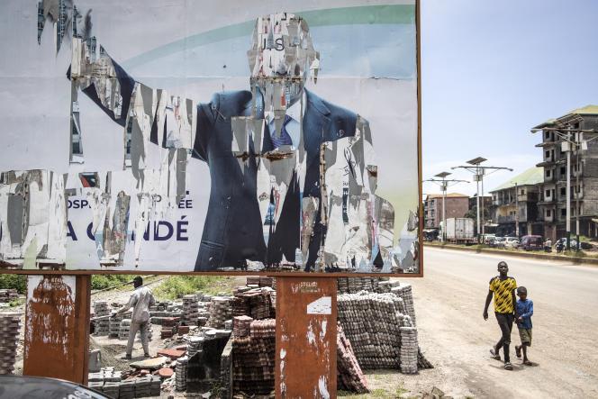 Une affiche déchirée sur laquelle apparaissait l'ancien président guinéen Alpha Condé, le 16 septembre 2021 à Conakry.