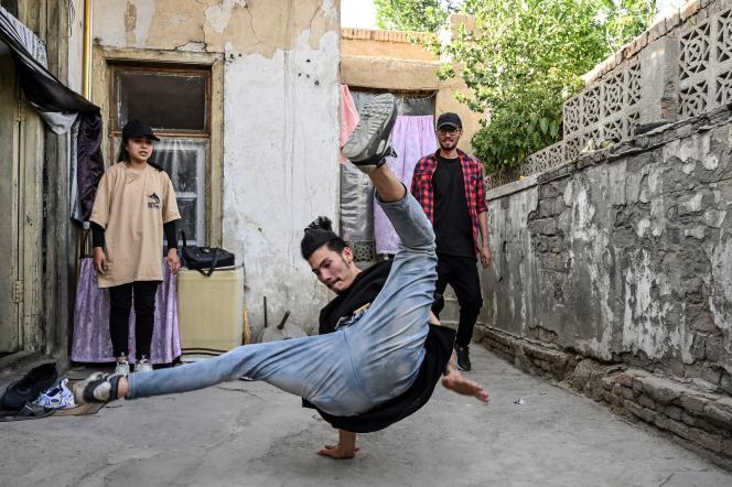 Un groupe mixte de danseurs de breakdance, à Kaboul, le 12 juin 2021.