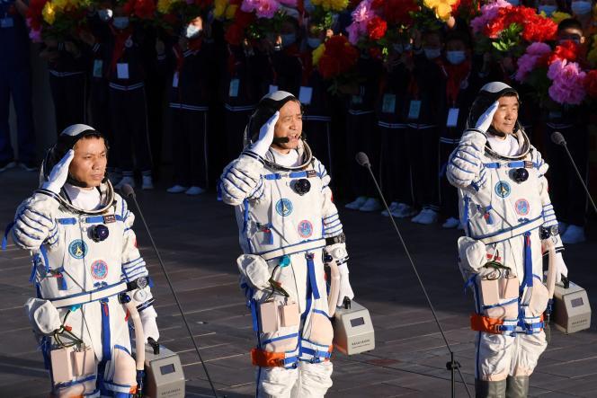 Tiga astronot Ni Haisheng, Liu Beoming dan Tang Hongbo saat upacara keberangkatan mereka di Tiongkok pada 17 Juni 2021.