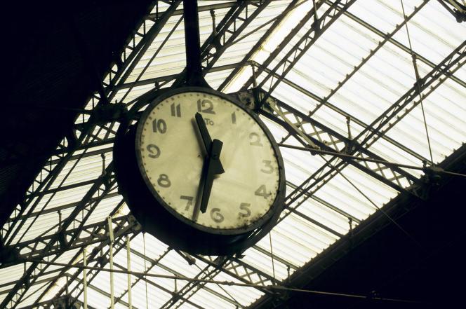 Sous la verrière de la gare de Toulouse-Matabiau.