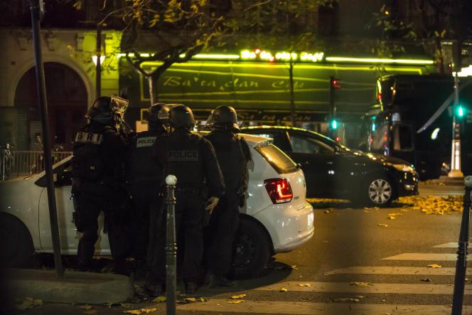 Des membres des forces de l'ordre devant le Bataclan et la brasserie attenante, après l'intervention et la prise d'otages, dans la nuit du 13 au 14 novembre 2015.