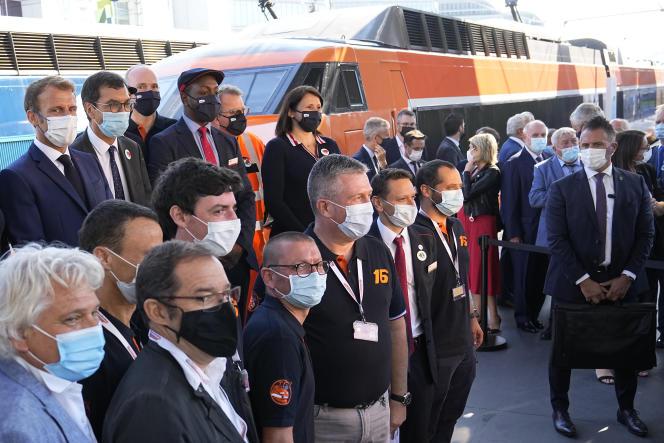 Le président français Emmanuel Macron et le PDG de la SNCF Jean-Pierre Farandou devant le premier TGV, orange à l'époque,lors de la cérémonie à l'occasion des 40 ans du TGV, à la gare de Lyon à Paris, le 17 septembre 2021.