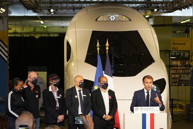 Emmanuel Macron s'exprime devant une réplique grandeur nature du prochain TGV à la gare de Lyon, à Paris, le 17 septembre.