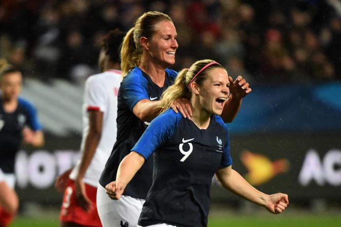 Eugenie Le Sommer (au premier plan) et Amandine Henry, lors d'un match de l'équipe de France en avril 2018.
