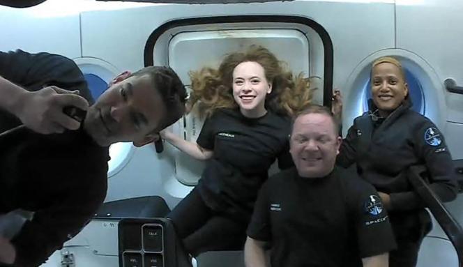 Empat turis luar angkasa di orbit, 16 September 2021: Kiri ke kanan, Jared Isakman, miliarder yang mendanai misi, Hayley Arsenault, Christopher Sembrowski dan Sian Proctor.