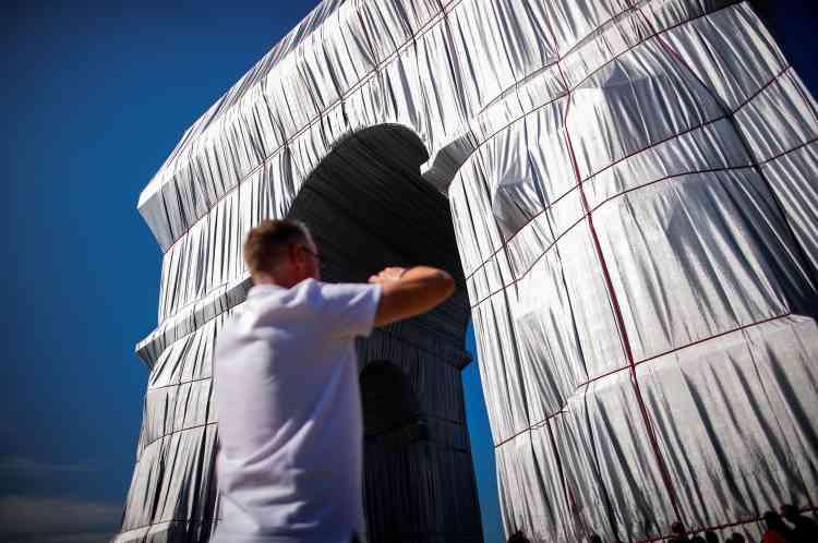 L'empaquetage de l'Arc de triomphe «sera comme un objet vivant qui va s'animer dans le vent et refléter la lumière. Les plis vont bouger, la surface du monument va devenir sensuelle», expliquait Christo en présentant son ultime projet, deux ans avant sa mort.
