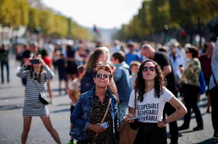 Des visiteurs devant l'Arc de triomphe empaqueté, le jour de l'inauguration de l'installation, samedi 18 septembre.