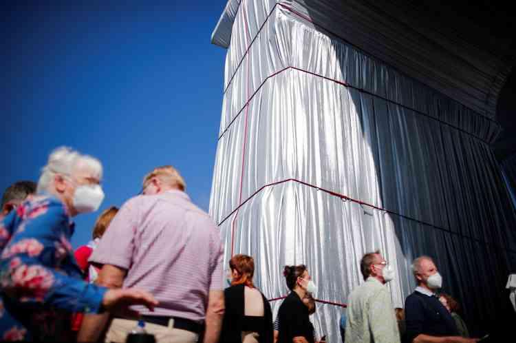 Quelque 3000mètres de corde rouge et 25000mètres carrés de tissu argenté ont été nécessaires pour empaqueter l'Arc de triomphe, haut de 50mètres.