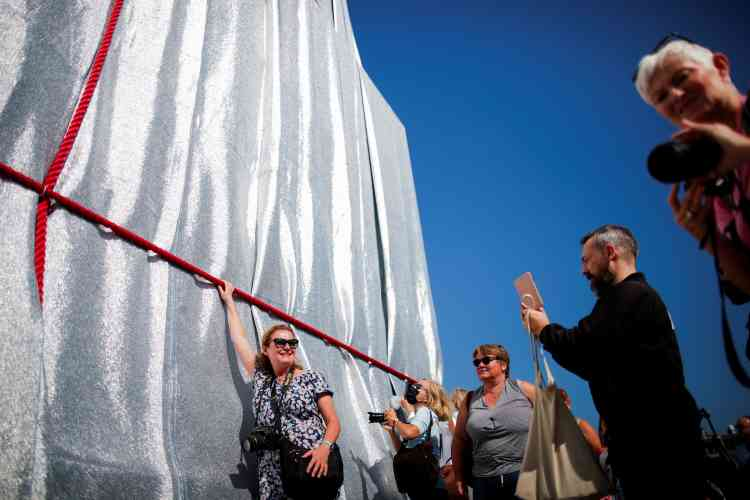 Les visiteurs peuvent observer mais aussi toucher l'œuvre posthume de Christo et Jeanne-Claude. Le monument et sa terrasse restent aussi accessibles au public pendant toute la durée du projet. Et la flamme sur la tombe du Soldat inconnu continue de brûler.