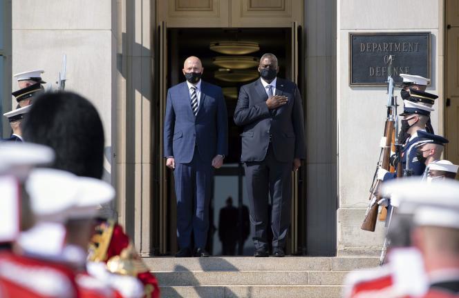 Sekretarz obrony USA Lloyd Austin (z prawej) i minister obrony Australii Peter Dutton śpiewają swój hymn narodowy podczas obroży honorowej Pentagonu 15 września 2021 r. w Arlington w stanie Wirginia.