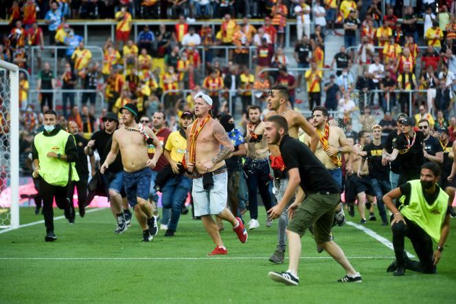 Des supporteurs de Lens ont envahi le terrain pour aller à la rencontre des Lillois, lors du derby Lens-Lille, le 18 septembre.
