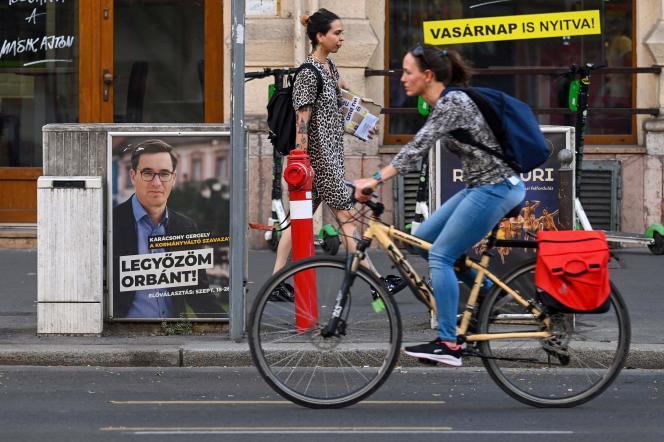 « Je vais battre Orban», peut-on lire sur cetteaffiche de campagne de Gergely Karacsony, le maire de Budapest. Il est l'un des favoris des primaires organisées par l'opposition pour désigner un candidat commun aux législatives de 2022. Budapest, le 15septembre 2021.