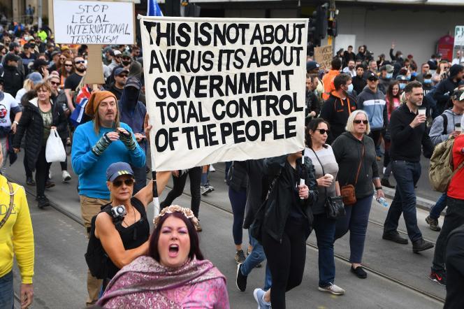 Des personnes hostiles au confinement manifestent à Melbourne, en Australie, samedi 18septembre.