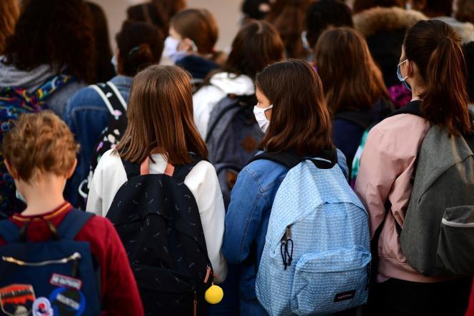 Les élèves portent des masques lors de la rentrée des classes, à Vincennes (Val-de-Marne), le 1er septembre 2020.