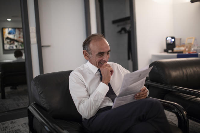 Eric Zemmour travaille sur son discours avant son meeting au Palais des congrès-Acropolis, à Nice, le 18 septembre 2021.