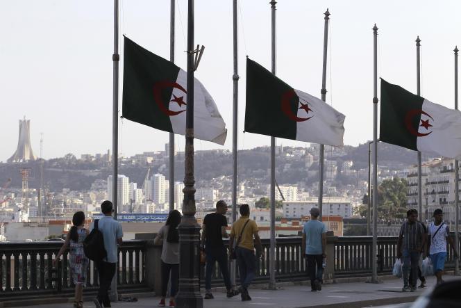 Bandeiras argelinas foram hasteadas a meio mastro no sábado, 18 de setembro, um dia após a morte do ex-presidente Abdelaziz Botteflika.