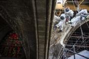 Des cordistes descendent en rappel une voûte de Notre-Dame de Paris,le 15 avril 2021.