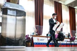 Dans un bureau de vote à Moscou lors des élections législatives russes le 18 septembre 2021.