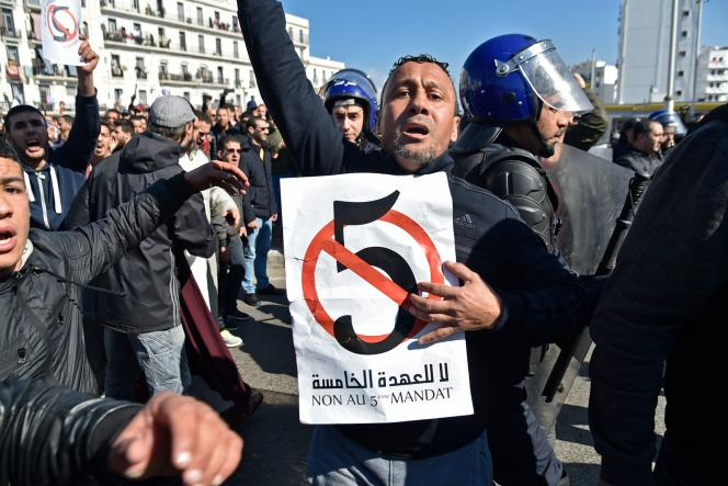 (FILES) Manifestation contre un 5è mandat d'Abdelaziz Bouteflika à Alger, le 22 février 2019. (Photo by RYAD KRAMDI / AFP)