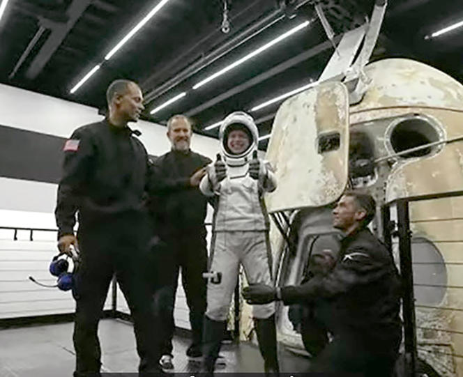 Dalam gambar dari video SpaceX ini, Hayley Arsenault, salah satu dari empat turis luar angkasa, muncul dari kapsul yang diambil oleh kapal setelah mendarat pada Sabtu, 18 September 2021.