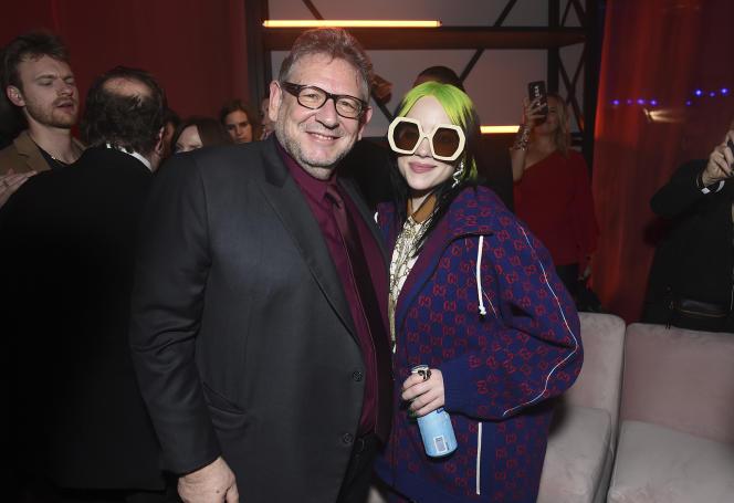 Lucian Grainge, président-directeur général d'Universal Music Group (à gauche) et Billie Eilish assistent à l'After Party 2020 des Grammy d'Universal Music Group, à Los Angeles (Etats-Unis), le 26 janvier 2020.