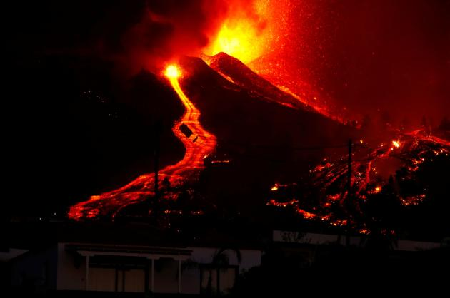 According to the Canary Islands Volcanological Institute, these flows - which followed lava jets several tens of meters high - are advancing at an average speed of 700 meters per hour at nearly 1,000 ° C.