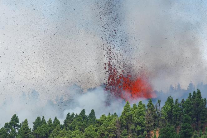 Lawa i dym po wybuchu wulkanu w Parku Narodowym Cumbre Vieja na Wyspie Kanaryjskiej La Palma 19 września 2021 r.