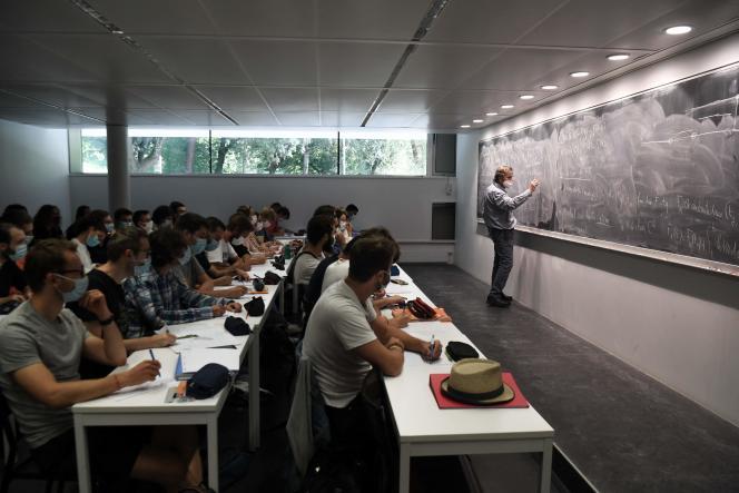 Des étudiants assistent à un cours de l'Institut de mathématiques d'Orsay, à l'université Paris-Saclay, le 17 septembre 2021.
