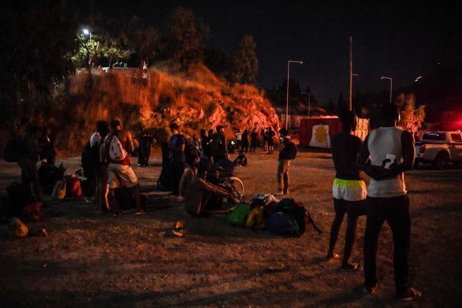 Menores no acompañados se reunieron fuera del campamento de Vathy en la isla griega de Samos, parcialmente destruida por el fuego, el domingo 19 de septiembre de 2021.