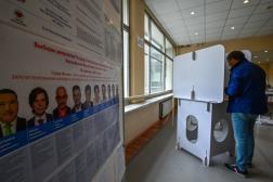 Un homme vote pour les élections législatives russes, le 19 septembre 2021 à Moscou.