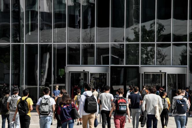 Des étudiants devant l'université Paris-Saclay, à Saclay (Essonne), le 17septembre.