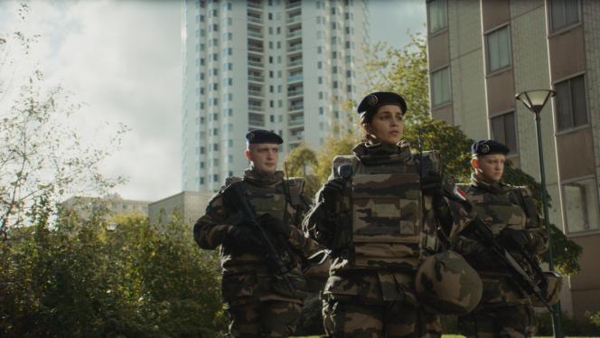 De gauche à droite : le soldat Hicham (Karim Leklou), le sergent Yasmine (Leïla Bekhti) et le soldat Léo (Anthony Bajon) dans «La Troisième Guerre», de Giovanni Aloi.