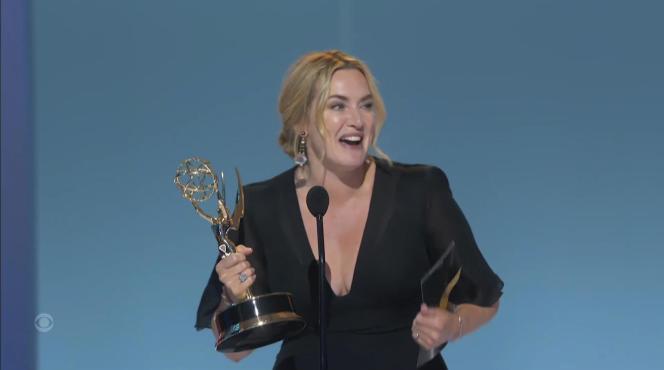 Kate Winslet reçoit l'Emmy de meilleure actrice pour la minisérie «Mare of Easttown» lors de la cérémonie des Emmy Awards, le 19 septembre 2021.