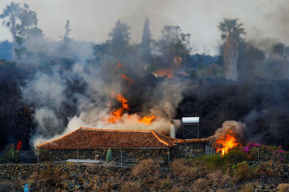 Videos circulating on social media show impressive lava flows burning trees, completely covering roads and rushing into houses through windows left open.
