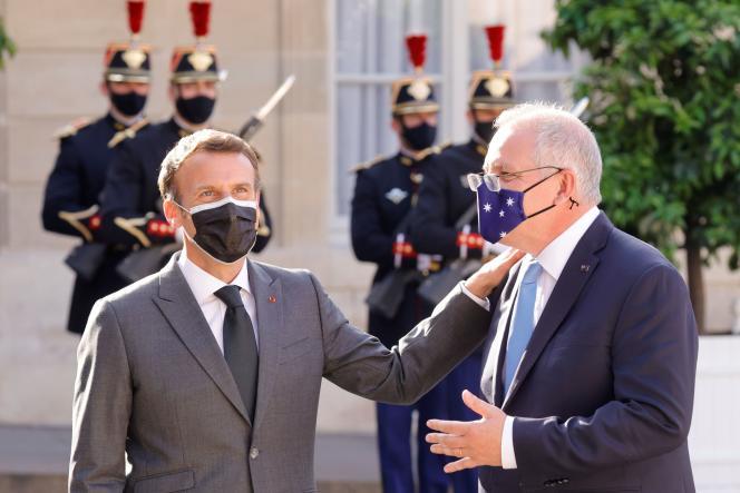 Emmanuel Macron accueille le premier ministre australien Scott Morrison sur le perron de l'Elysée, le 15 juin 2021.