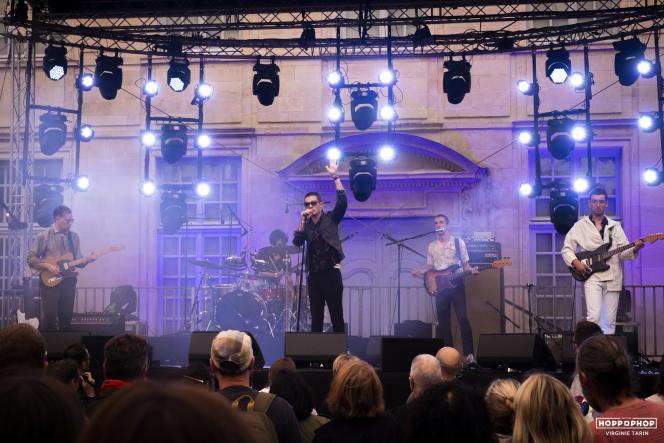 Le groupe Serpent (au centre, le chanteur MathieuLescop) lors du festival Hop Pop Hop, au jardin de l'Evêché, à Orléans (Loiret), le 18 septembre 2021.