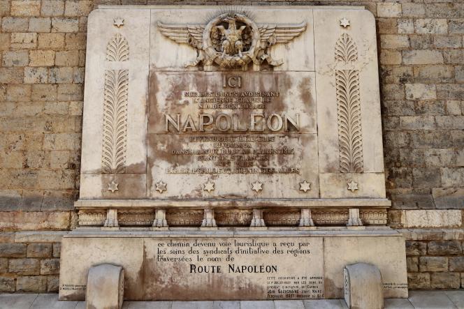La rue du Bivouac Napoléon à Cannes (Côte d'Azur), à moins de 100 mètres du palais des festivalsn avec son imposante plaque commémorative.