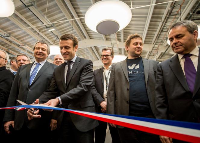 Emmanuel Macron, à l'époque ministre de l'économie, inaugure un site d'OCVHcloud à Roubaix avec Octave Klaba, PDG de l'entreprise, et Xavier Bertrand,président du conseil régional des Hauts-de-France, le 15 février 2016.