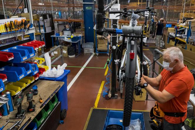 Un employé assemble un vélo électrique à l'usine Moustache Bikes, à Thaon-les-Vosges (Vosges), en août 2020.