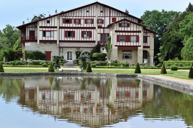Vue de la Villa Arnaga - Musée Edmond-Rostand, à Cambo-les-Bains, dans les Pyrénées-Atlantiques.