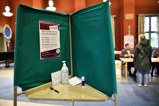 Bureau de vote pour les élections des représentants de l'église lutherienne évangélique, à Stockholm, le 19 septembre 2021.