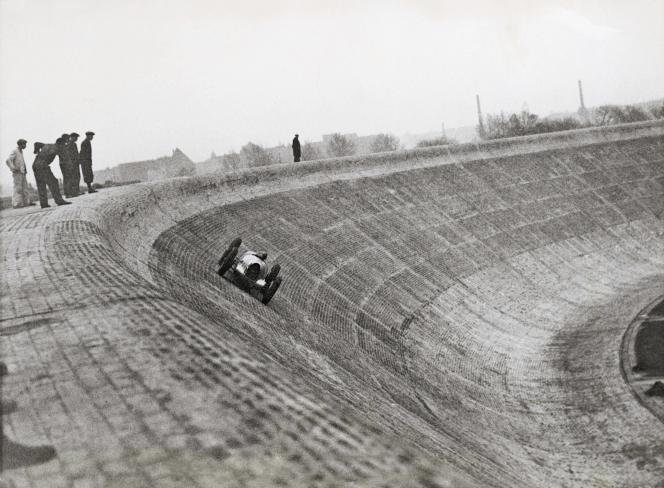 Le pilote allemand Bernd Rosemeyer (1909-1938), sur le circuit automobile AVUS, à Berlin, en 1937.